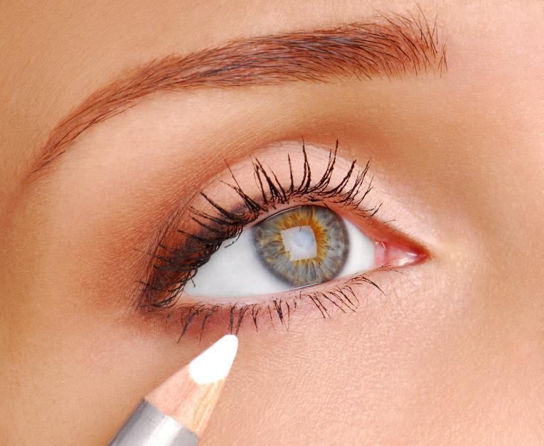 https://cf.ltkcdn.net/makeup/images/slide/167871-765x627-white-eyeliner.jpg