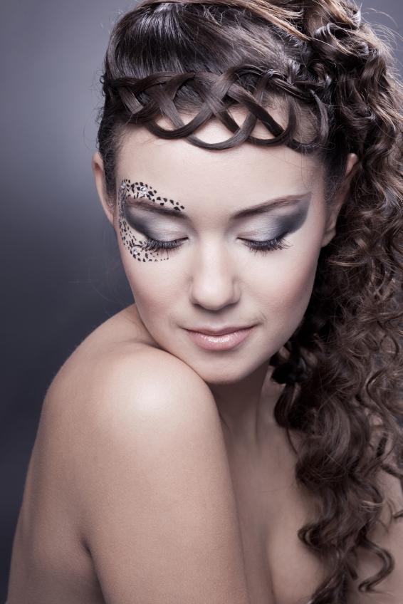 https://cf.ltkcdn.net/makeup/images/slide/175173-566x848-eye-jewels.jpg