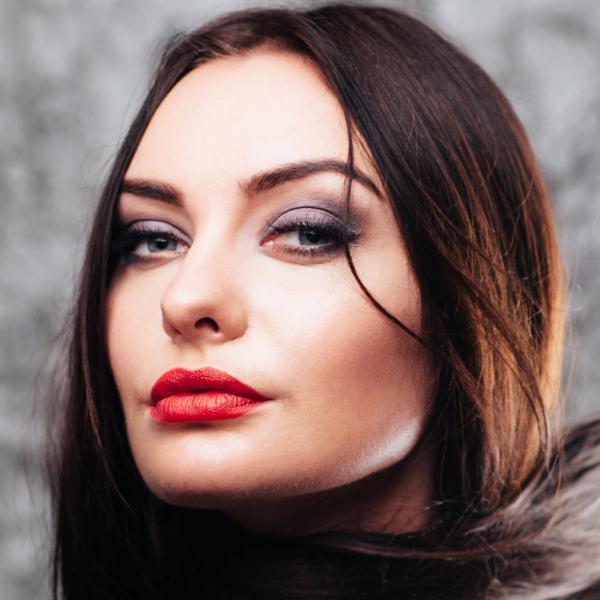 https://cf.ltkcdn.net/makeup/images/slide/196876-600x600-5_lightredlipstick.jpg