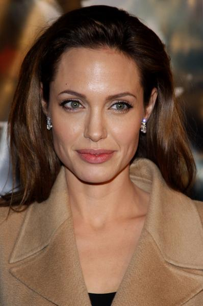 https://cf.ltkcdn.net/makeup/images/slide/87913-398x600-Angelina7.jpg