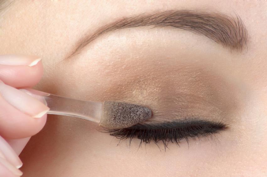 https://cf.ltkcdn.net/makeup/images/slide/87924-850x563-eyeshadow2.jpg
