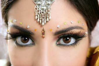 https://cf.ltkcdn.net/makeup/images/slide/137186-849x565r1-Bindi-Makeup-%282%29.jpg