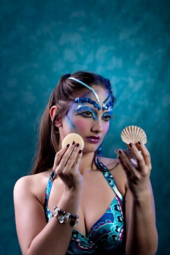 https://cf.ltkcdn.net/makeup/images/slide/137189-566x848r1-Sirena-makeup.jpg