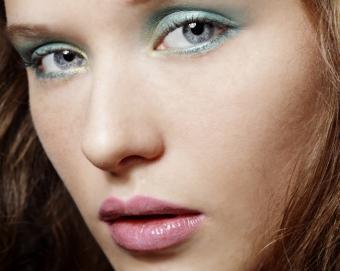 https://cf.ltkcdn.net/makeup/images/slide/145721-710x565r1-soft-aqua-eyeliner.jpg