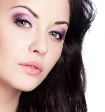 https://cf.ltkcdn.net/makeup/images/slide/145722-640x680r1-purple-eye-shadow-and-black-eyeliner.jpg