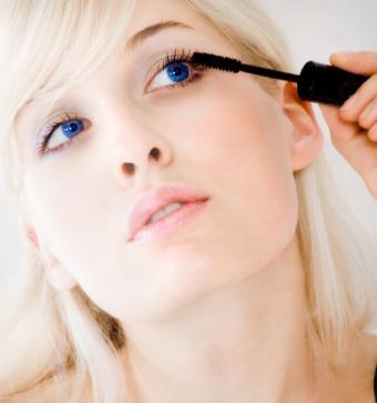 https://cf.ltkcdn.net/makeup/images/slide/145758-566x604-applying-mascara.jpg