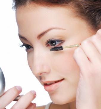 https://cf.ltkcdn.net/makeup/images/slide/145759-562x608-apply-mascara.jpg