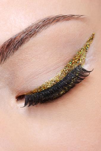 https://cf.ltkcdn.net/makeup/images/slide/148826-566x848r1-eyeliner4.jpg