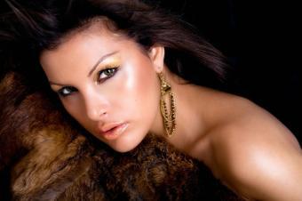 https://cf.ltkcdn.net/makeup/images/slide/148860-849x565r1-shimmer-makeup.jpg