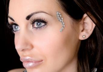 https://cf.ltkcdn.net/makeup/images/slide/170010-517x360-sparkle-and-glow.jpg