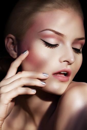 https://cf.ltkcdn.net/makeup/images/slide/170014-566x848-a-light-touch.jpg