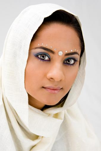 https://cf.ltkcdn.net/makeup/images/slide/175325-566x848-white-indian-makeup.jpg