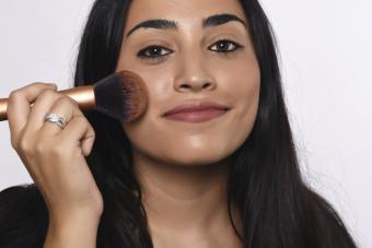 Woman applyng bronzer