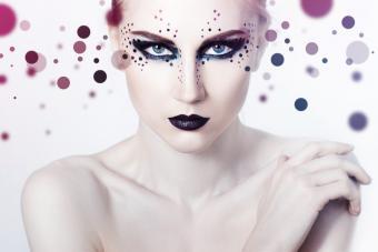 https://cf.ltkcdn.net/makeup/images/slide/213536-850x567-Smoky-eyes-and-black-lips.jpg