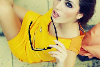 Makeup That Goes with a Yellow Dress