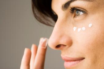 https://cf.ltkcdn.net/makeup/images/slide/278408-850x566-eye-makeup-concelear.jpg