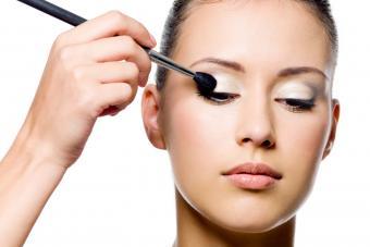 https://cf.ltkcdn.net/makeup/images/slide/278411-850x566-eye-makeup-highlighter.jpg