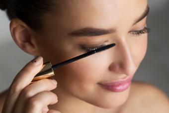 https://cf.ltkcdn.net/makeup/images/slide/278416-850x566-eye-makeup-mascara.jpg
