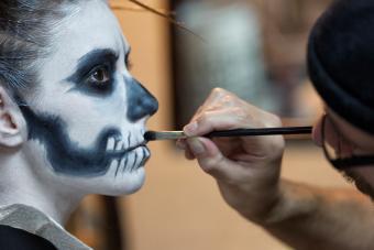 https://cf.ltkcdn.net/makeup/images/slide/278611-850x566-halloween-face-paint-skeleton.jpg