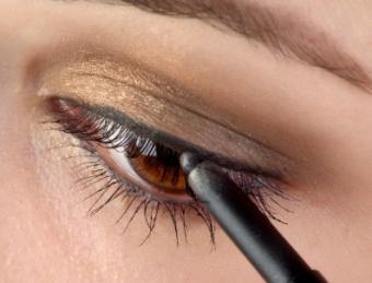 Apply eyeliner in different ways.