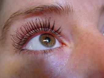 Make hooded eyes look wider