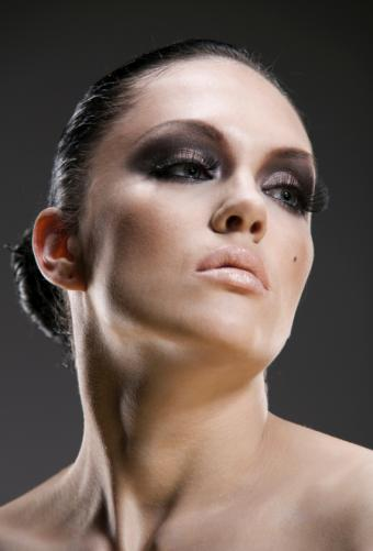 https://cf.ltkcdn.net/makeup/images/slide/87953-571x841-MakeupMistakes3.jpg