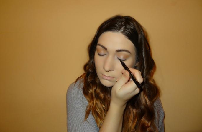 applying cat eye makeup