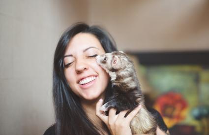 Chica con su hurón mascota