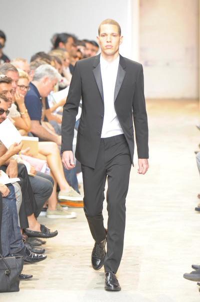 https://cf.ltkcdn.net/mens-fashion/images/slide/49132-400x603-men-suit2.jpg