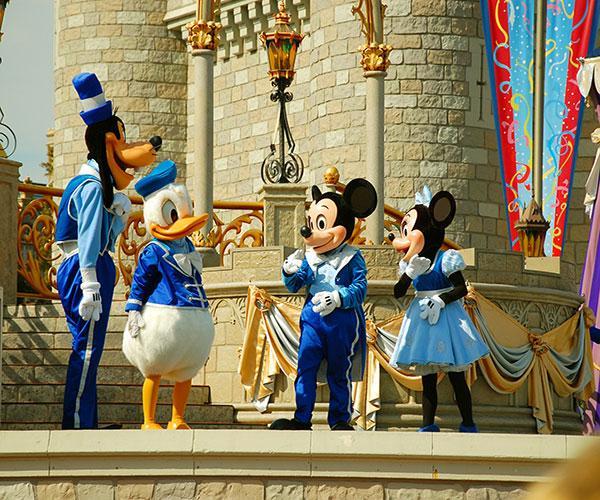 https://cf.ltkcdn.net/movies/images/slide/213136-600x500-Disney-Characters-on-Stage.jpg