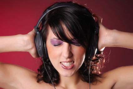 Angry woman listening to music; © Kalman89 | Dreamstime.com