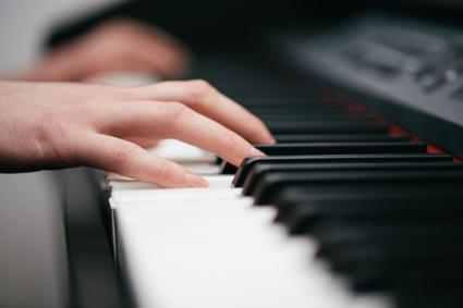 hands playing piano