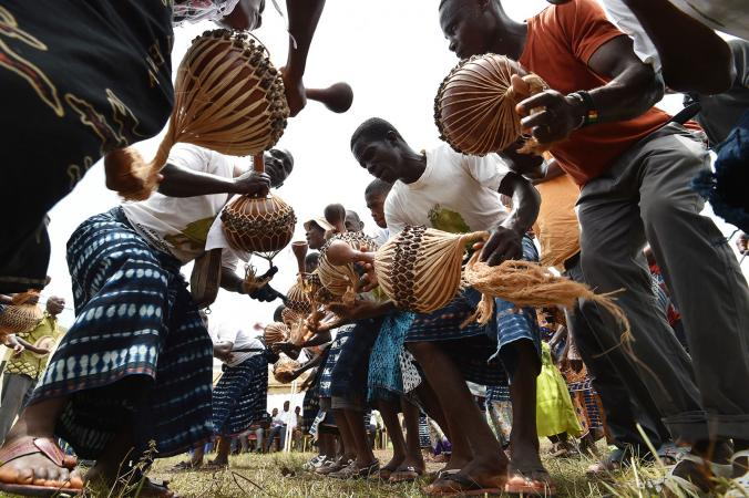 Goly dancers playing music