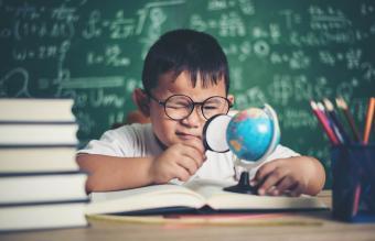 Tierno niño estudiando
