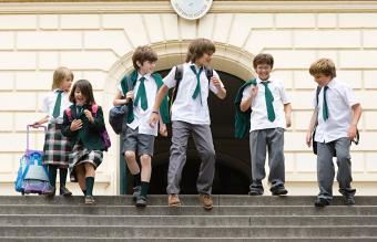 Niños en uniforme escolar