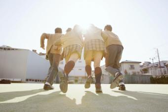 Estudiantes usando uniformes escolares