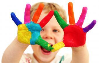chico con pintura en las manos