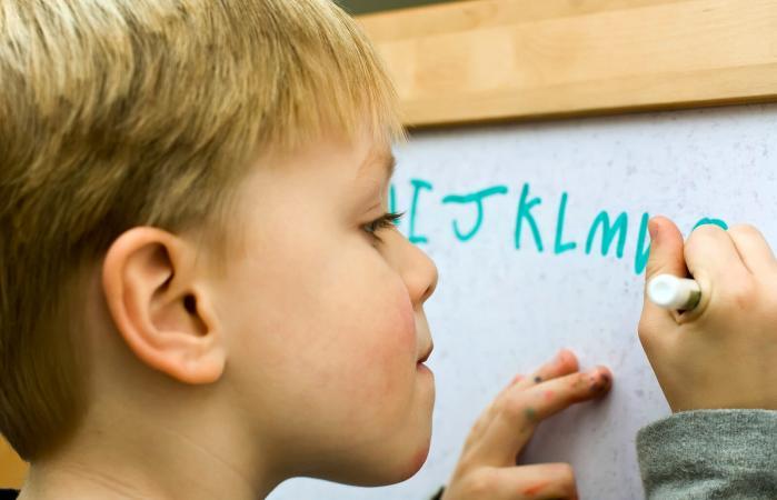 Niño escribiendo el alfabeto