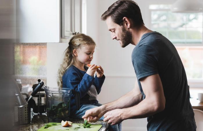 Padre e hija en la cocina