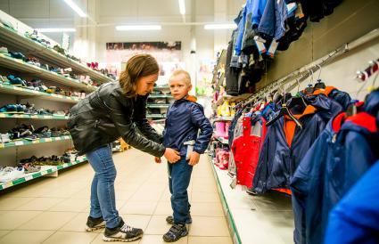 Madre comprado ropa a su hijo