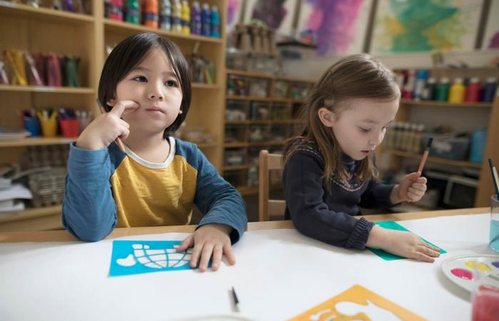 Niño de pre-escolar pensativo