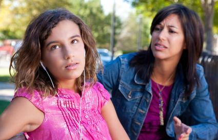Adolescente ignorando madre preocupada