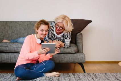 Madre e hija compartiendo juntas