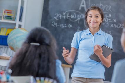 Chica hablando frente a la clase