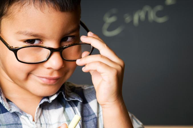 Niño estudioso con gafas
