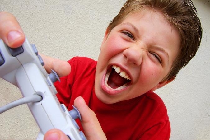 niño jugando juego