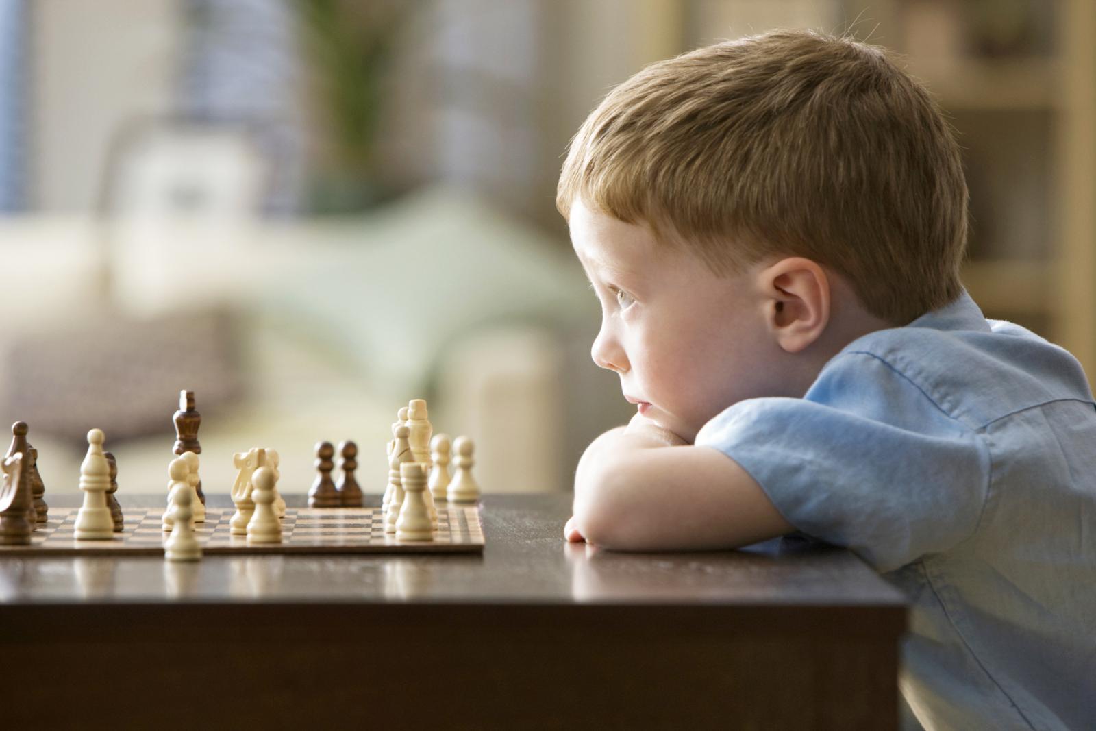 Niño jugando ajedrez