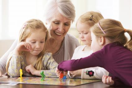 Abuela jugando juegos de mesa con sus nietas