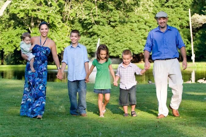 Familia con cuatro hijos