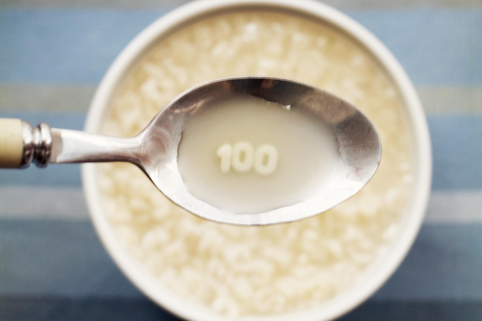 Sopa de letras y numeros con cuchara con el numero cien